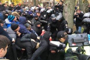 В Горсаду протестующие снесли ворота Летнего театра