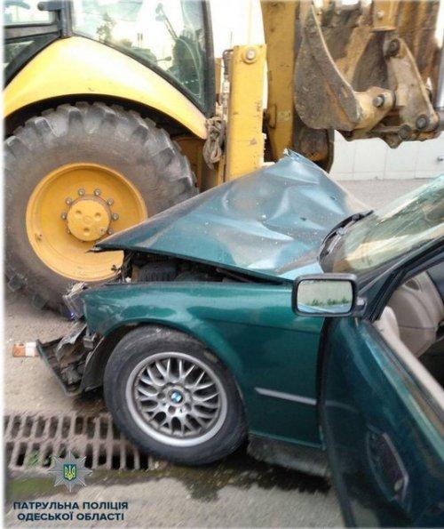 На Фонтанской дороге легковушка врезалась в трактор – четверо пострадали